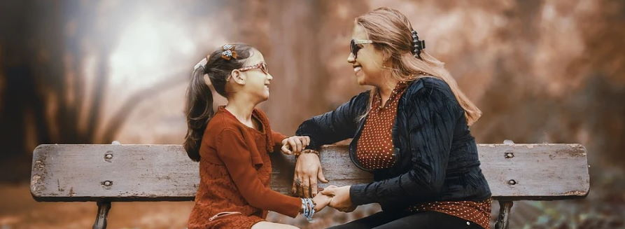 Mama z córką siedzą na ławce