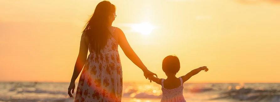 Mama z córką spacerują nad morzem