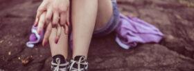 Dziewczynka siedząca na ziemi