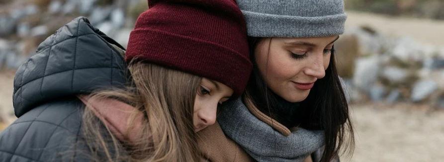 Mama i córka ciepło ubrane (płaszcz, czapki)