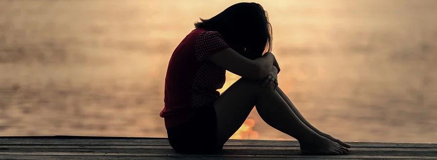 Zmrok - dziewczyna siedząca na pomoście