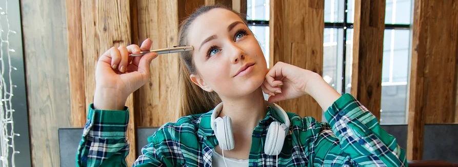 Dziewczyna ze słuchawkami na szyi