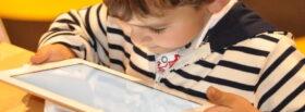 Chłopiec przeglądający strony internetowe na tablecie