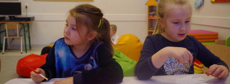 Dziewczynki siedzące w klasie