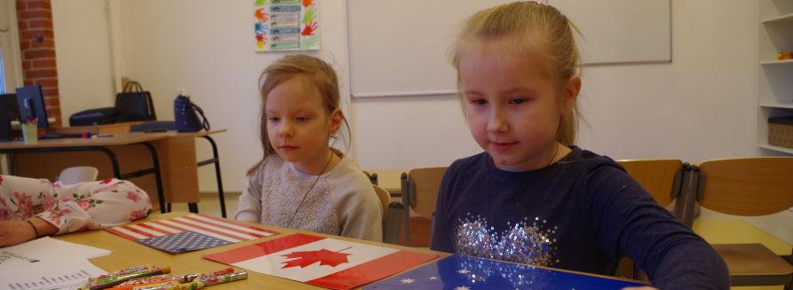 Szkolna klasa - dziewczynki siedzące w ławce