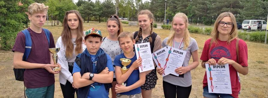 Zdjęcie grupowe uczniów - konkurs strzelecki