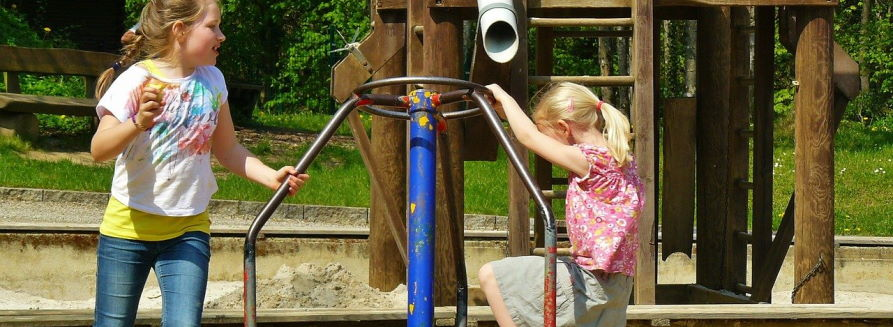 Dziewczynki na placu zabaw