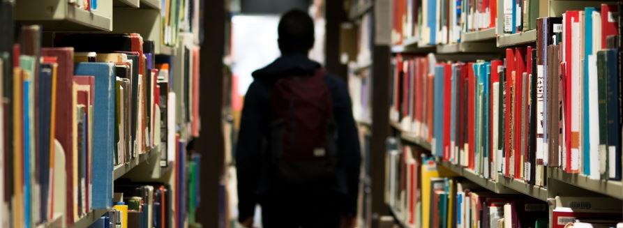 Chłopak w bibliotece