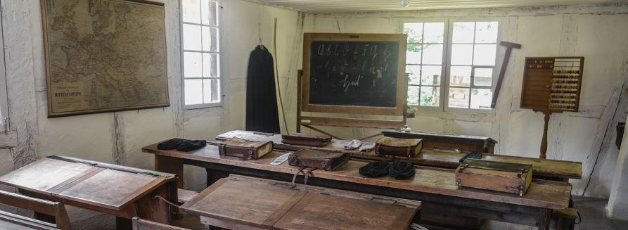 Szkolna klasa z ławkami, tablicą
