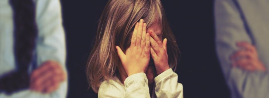 Dziewczynka zasłaniająca twarz rękoma