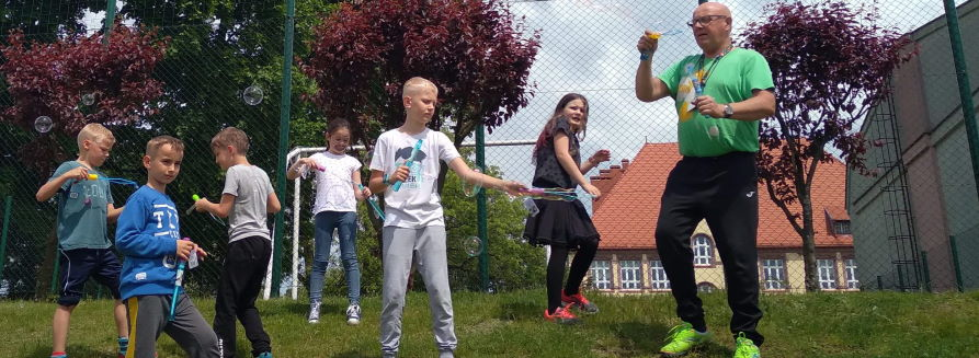 Dzieci z klasy II i III puszczają bańki