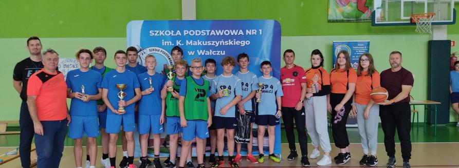 Zdjęcie zbiorowe uczestników turnieju koszykówki