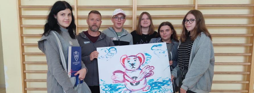 Zdjęcie zbiorowe uczniów biorących udział w Grze Miejskiej